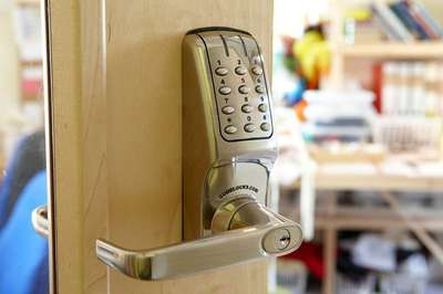 elektrozamok-dlya-vhodnoj-dveri